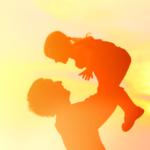 娘を抱き上げる父親