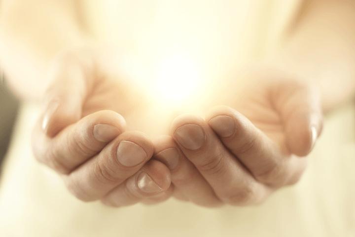 光を包む手