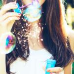 シャボン玉をする若い女性