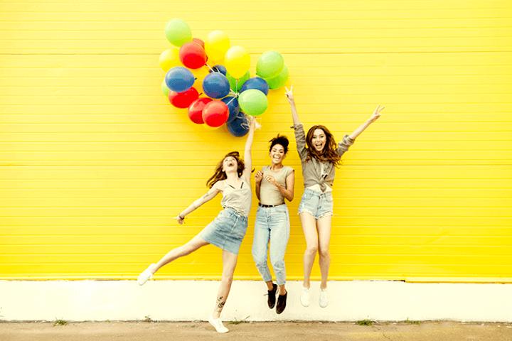 元気に飛び跳ねる3人の女性