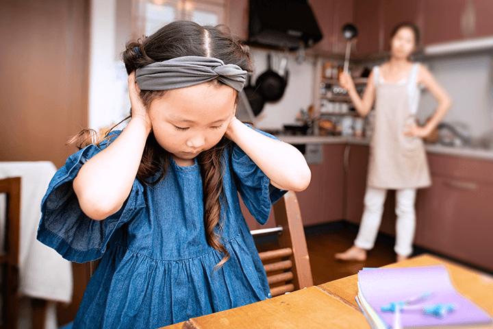 叱りつける母親と耳を塞ぐ女の子