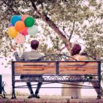 ベンチに座る新郎と新婦