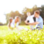 草原で遊ぶ家族