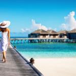 綺麗な海辺を歩く女性