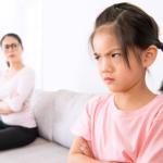 喧嘩をしている娘と母親