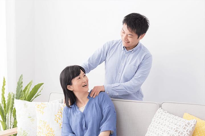 母親の肩をマッサージする息子