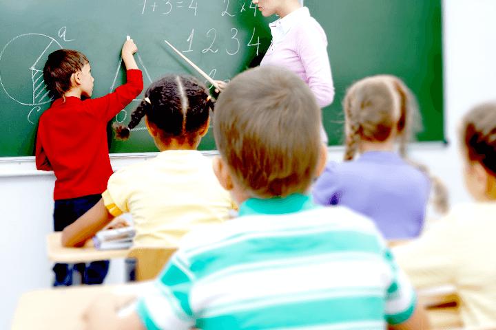 授業を受ける子どもたち
