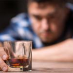アルコールを手にする男性