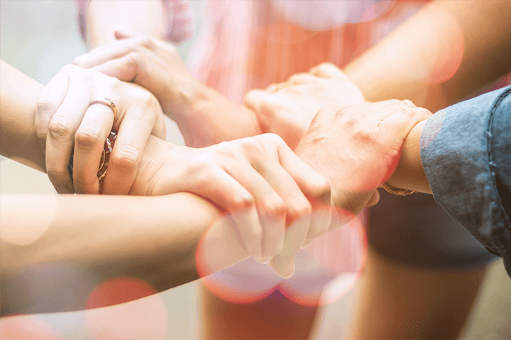 手を握り合う若者たち