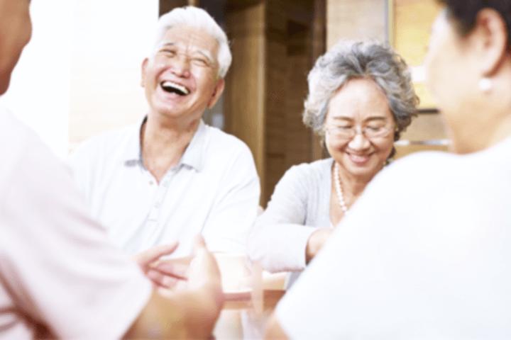 笑い合う老夫婦