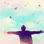 空を仰ぐ男性