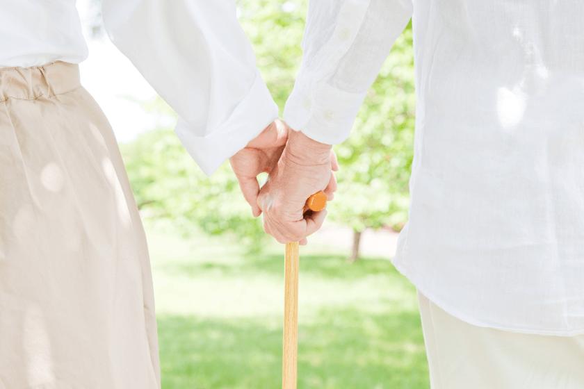 手を繋ぐ老夫婦