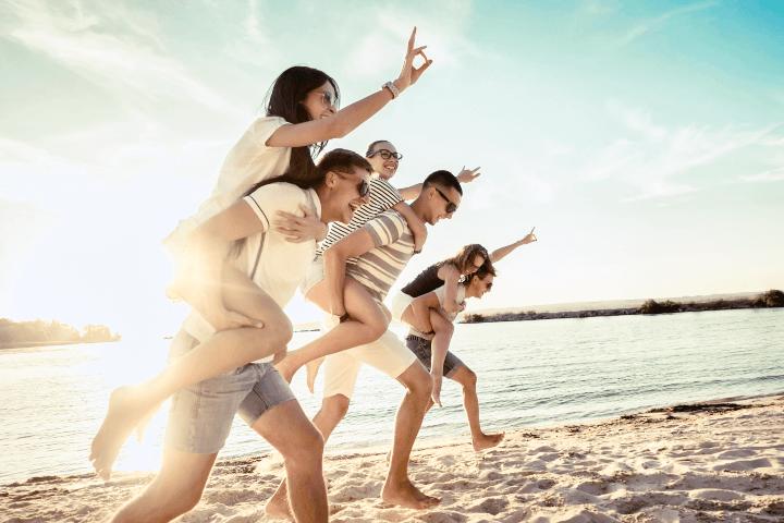 海岸を走る若者たち