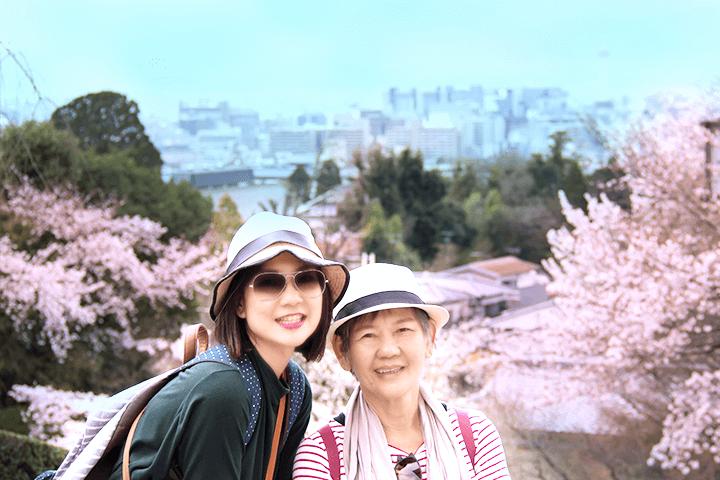 旅行をする母と娘