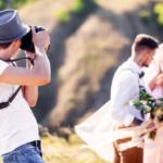 結婚式を撮影する男性
