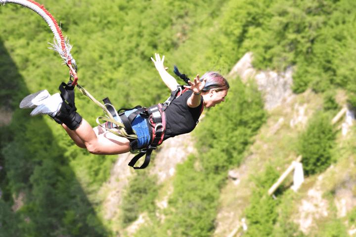 バンジージャンプをする女性