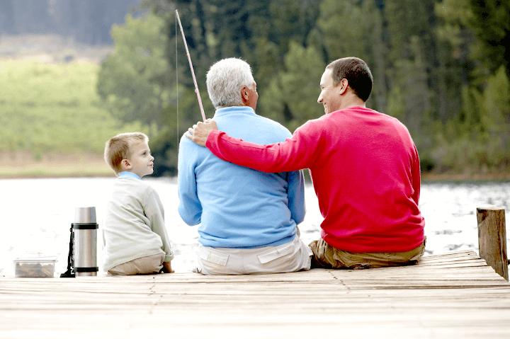 釣りを楽しむ父と息子と祖父