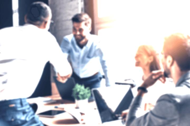 会議で握手をする男性