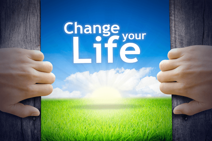 扉の向こうに人生を変えようというメッセージがある