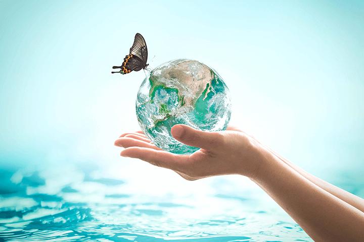 地球を持つ女性の手