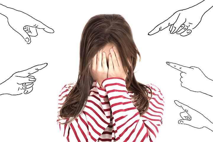指を刺される女性