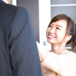 夫のネクタイを直す妻