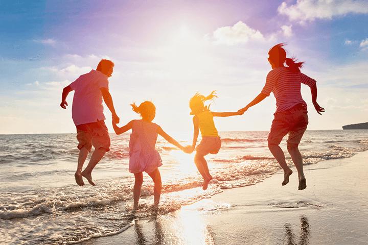 海岸で遊ぶ親子