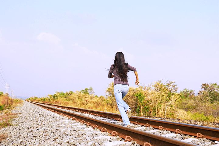 線路を走る女性