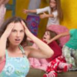 暴れる子どもたちと母親