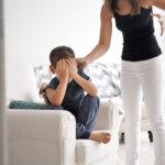 息子を叱る、暴力をふるう母親