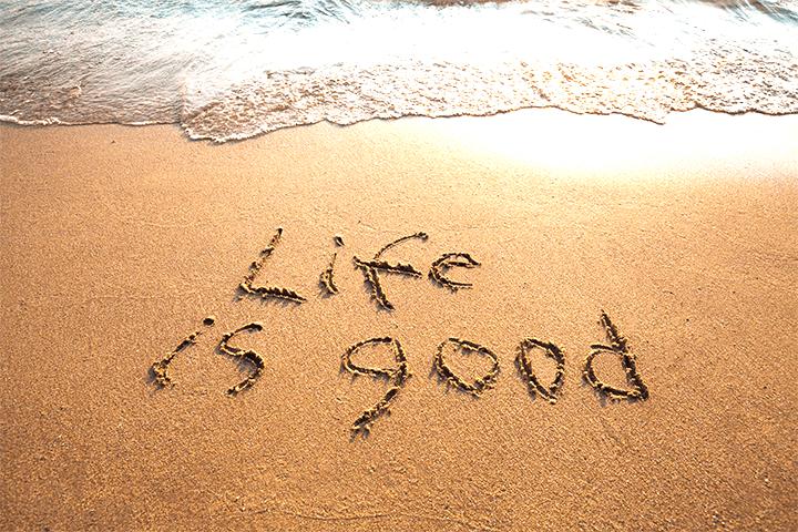 Life is goodと書かれた砂浜