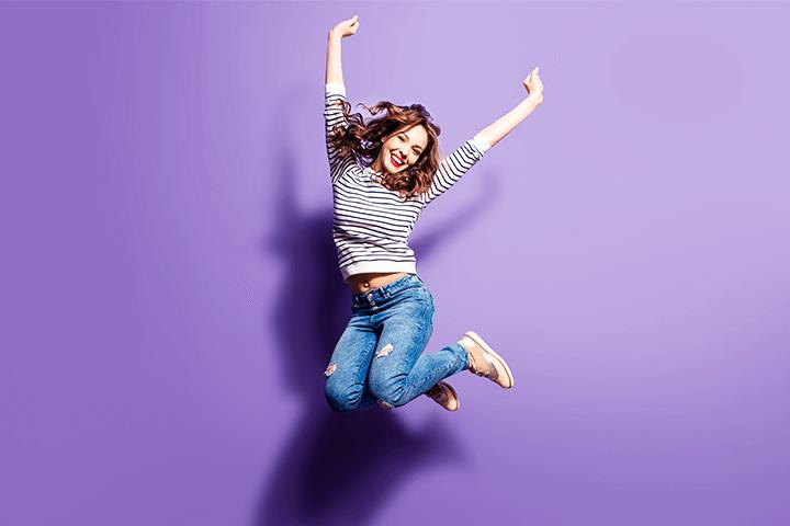 元気よく飛び跳ねる女性