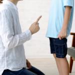 子どもを叱る母親