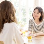 会話する女性