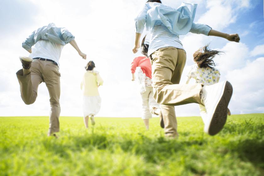草原を走る若者